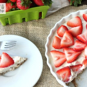 Healthy No-Bake Strawberry Tart - The perfect treat for summer parties - full of healthy real ingredients!